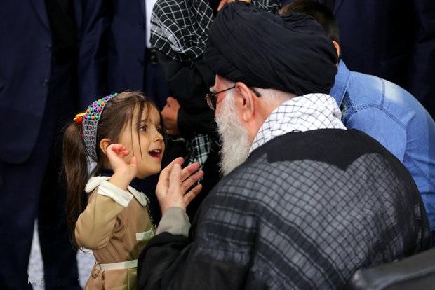 درخواست بامزه دختر شهید مدافع حرم از رهبر انقلاب